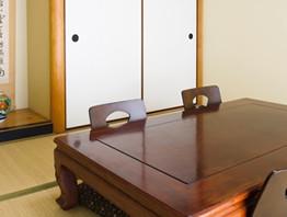 大きな机がある和室
